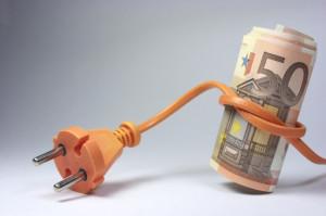 Billetes de euro atados en un enchufe naranja